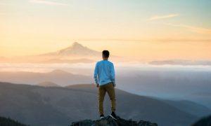 Hombre viendo al horizonte libre de Cáncer